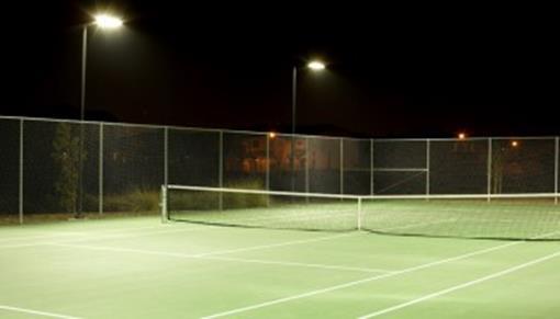 Tennisbaan verlicht.jpg
